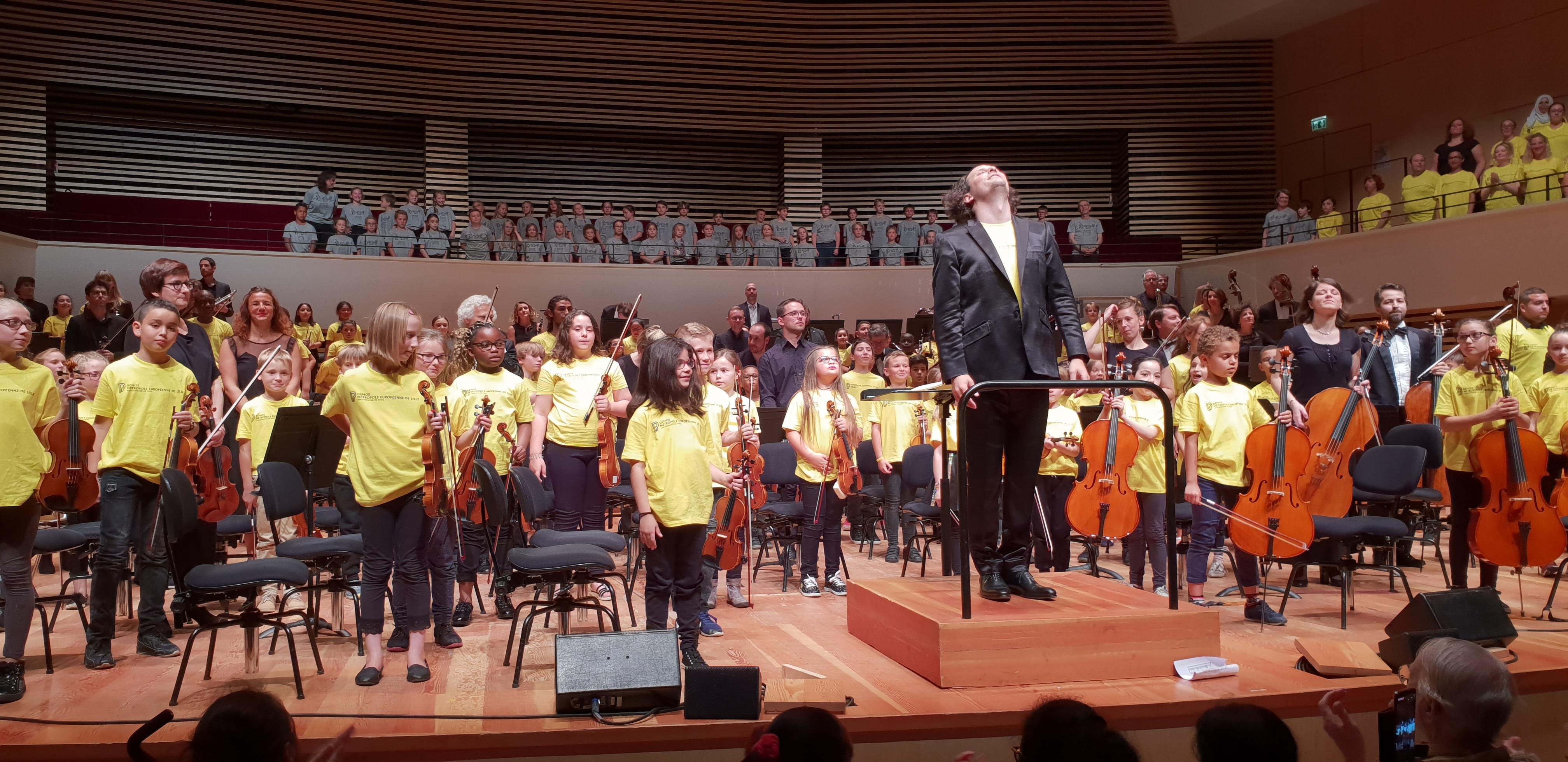 Les enfants du groupe DEMOS sur scène !